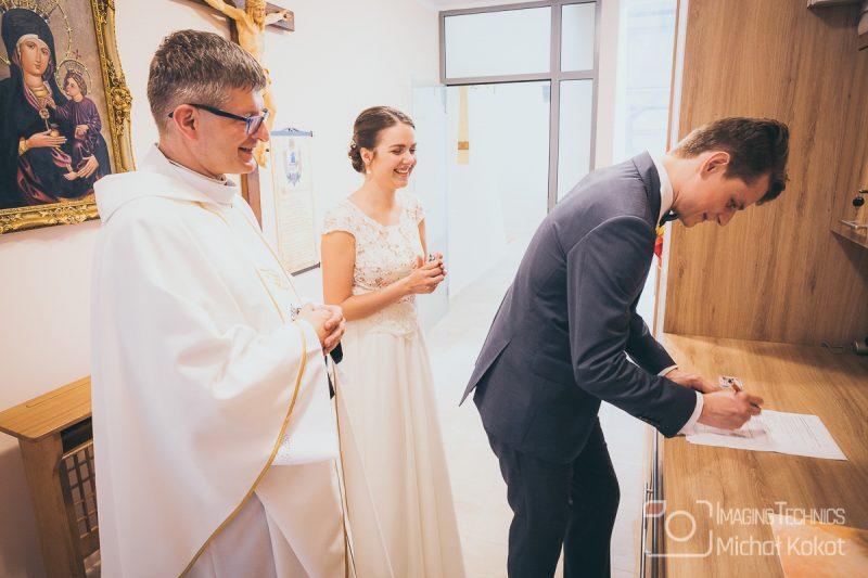 Młoda para wychodzi z kościoła