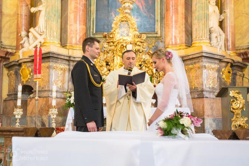 Młoda para po ślubie wychodzi z kościoła