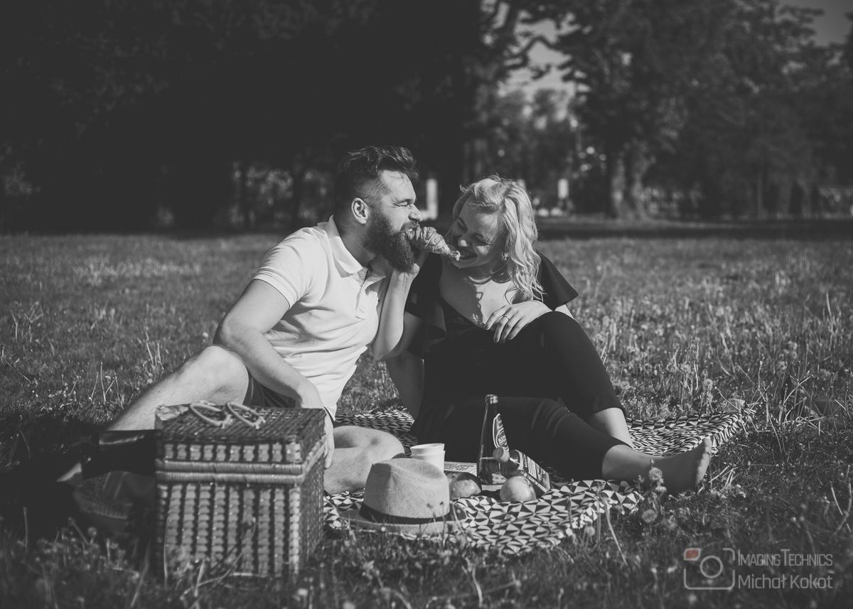Narzeczona para na pikniku we Wrocławiu