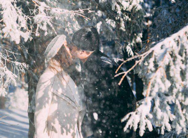 Sesja ślubna młodej pary w zimowej naturze