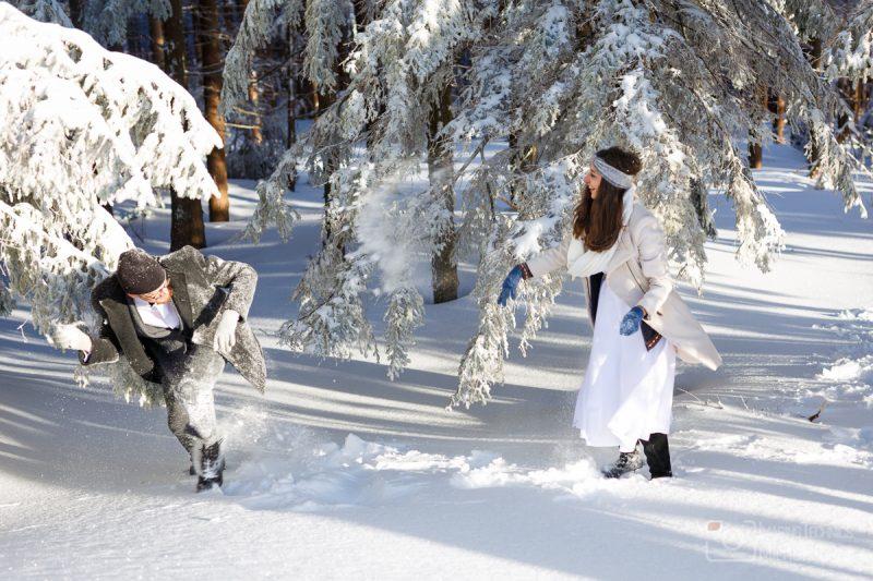 Ślubna sesja zdjęcia dla młodej pary w górach