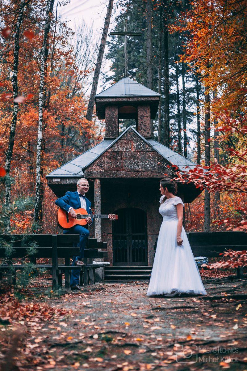 Kolorowa jesienna sesja ślubna mlodej pary